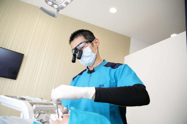 拡大鏡を使った歯周病治療